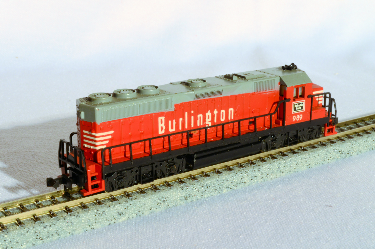 N Scale - Atlas - 2173 - Locomotive, Diesel, EMD GP40 - Burlington Route - 989