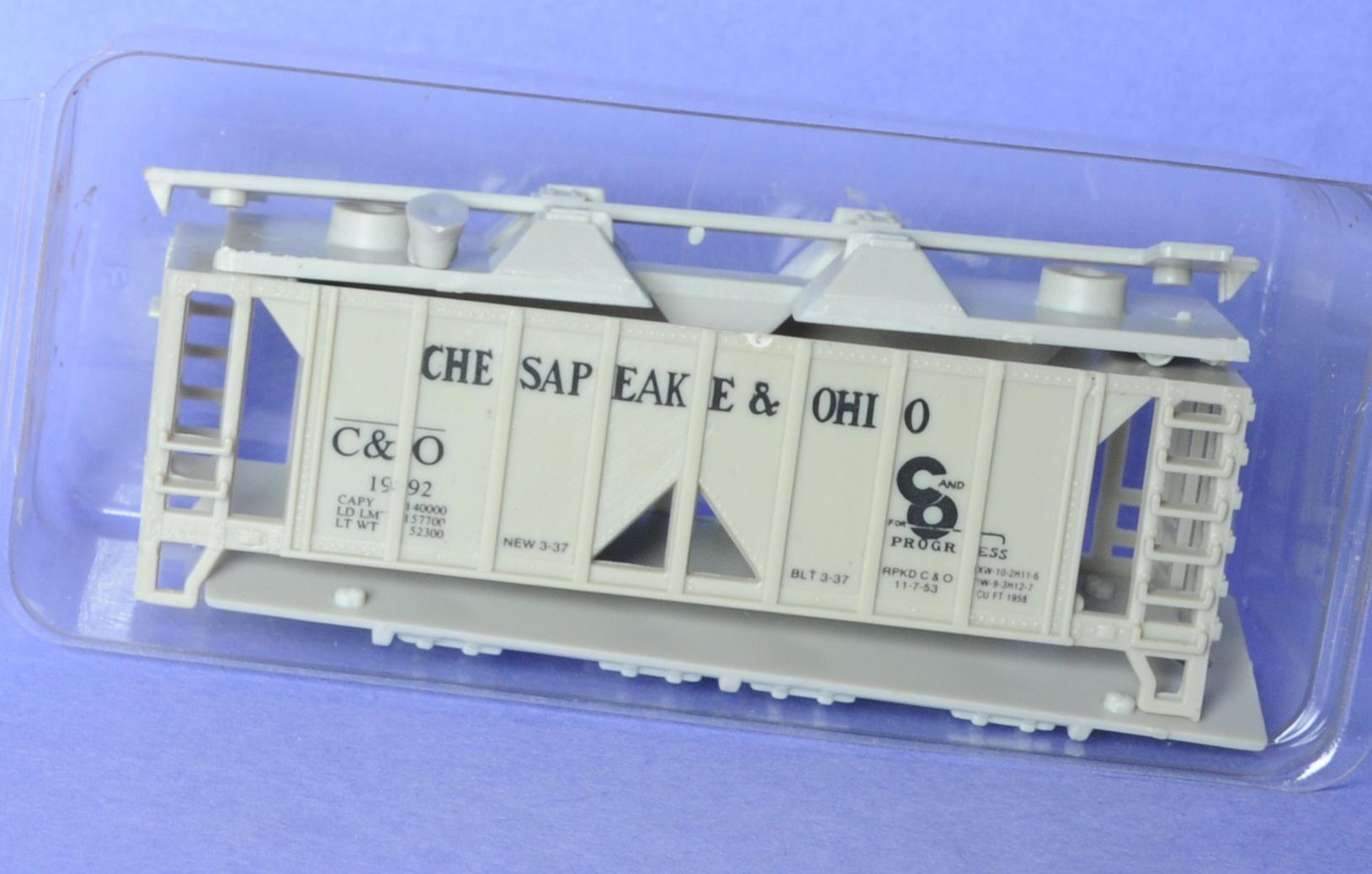 N Scale - V-Line - 768-36 - Covered Hopper, 2-Bay, ACF 36 Foot - Chesapeake & Ohio - 1992