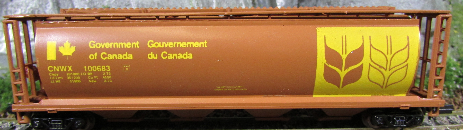 N Scale - CS Models - 7102 - Covered Hopper, 4-Bay, Cylindrical - Canadian National - 100683