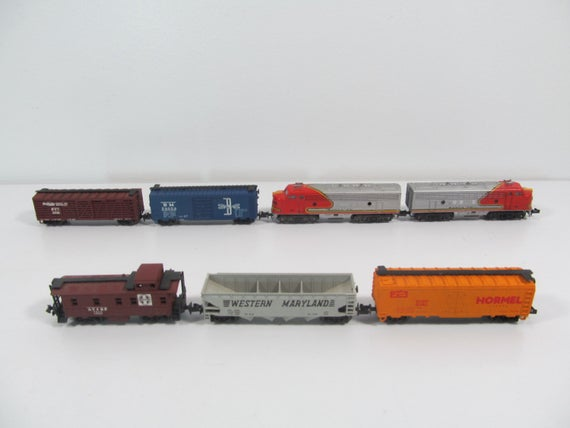 N Scale - Aurora Postage Stamp - 4703 - EMD F9 7-Unit Double Headed Freight Set - Santa Fe - 7-Unit Set