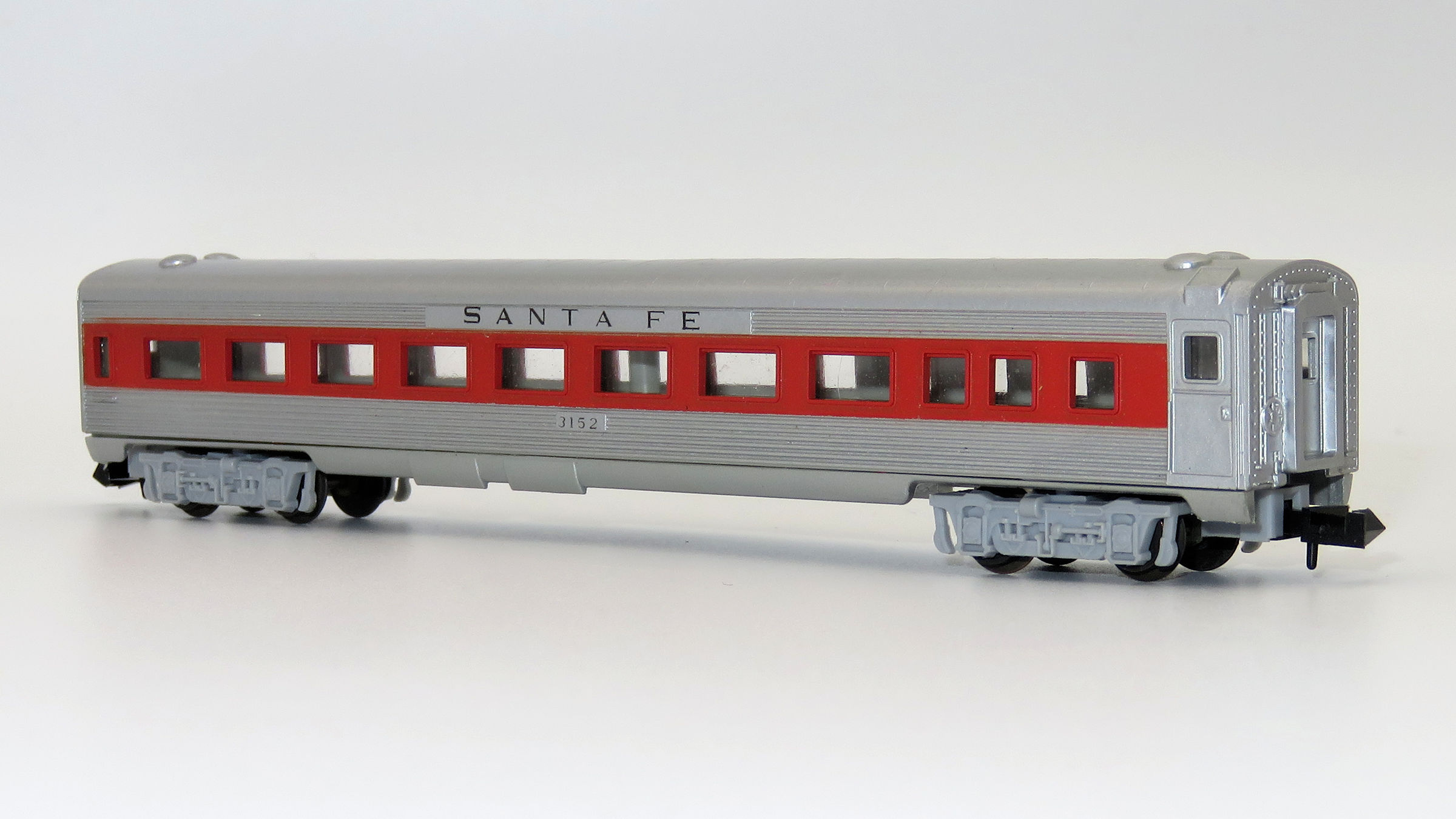 N Scale - Aurora Postage Stamp - 4891-220 - Passenger Car, Lightweight, Budd - Santa Fe - 3152