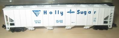 N Scale - AHM - 4446C - Covered Hopper, 4-Bay, Ribside - Holly Sugar - 42764
