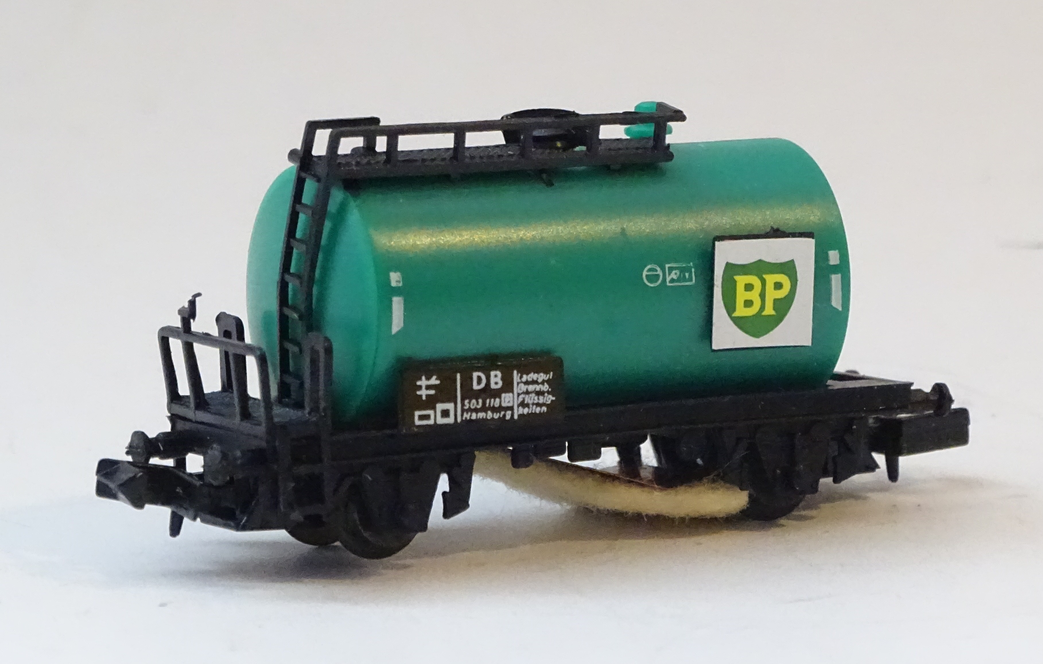 N Scale - Herkat - 1402 - Tank Car, No Dome, 2-Axle - British Petroleum - 503 118