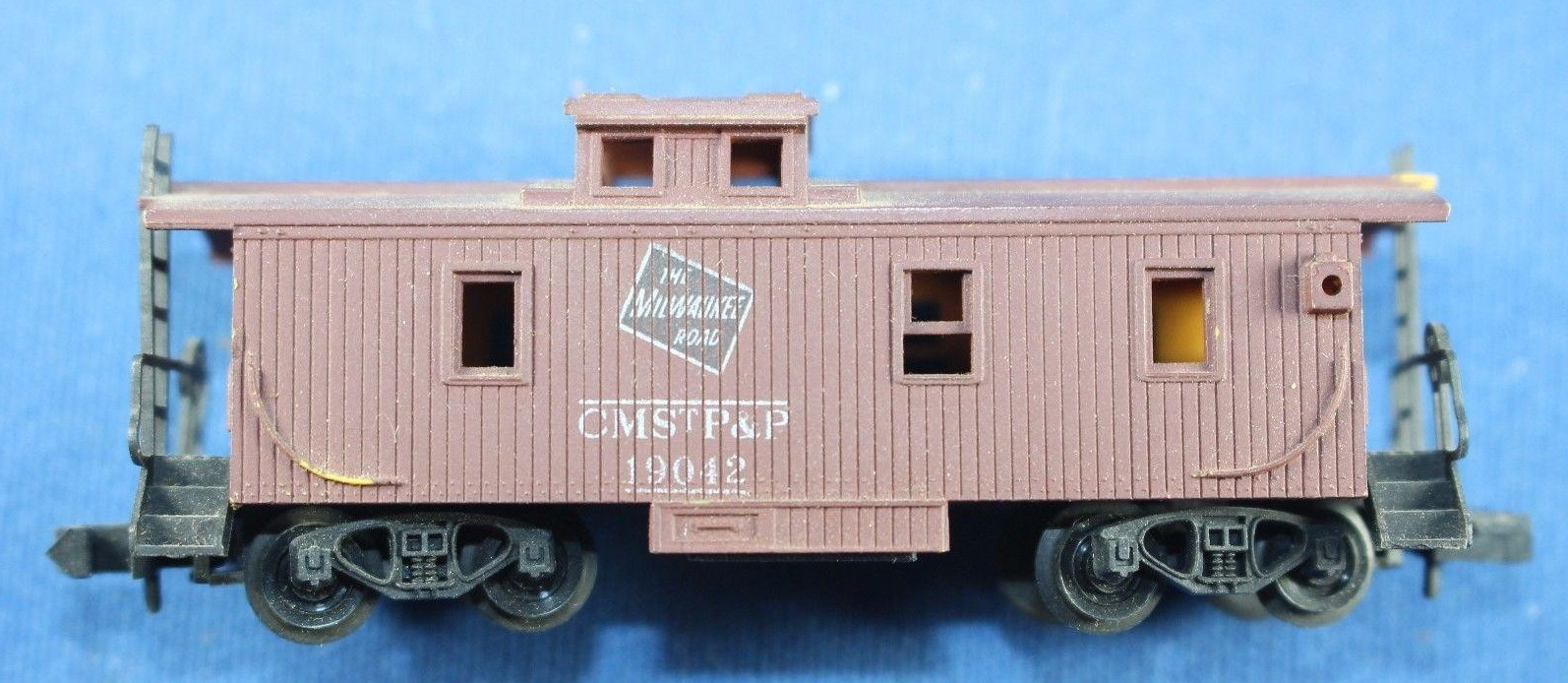 N Scale - Revell - 2598 - Caboose, Cupola, Wood - Milwaukee Road - 19042
