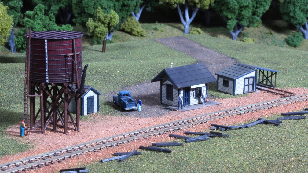 N Scale - American Model Builders - 624 - Depot, Shed, Water Tank - Undecorated