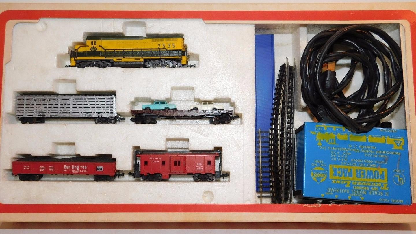 N Scale - AHM - 4614F - Freight Train, Diesel, North American, Transition Era - Reading