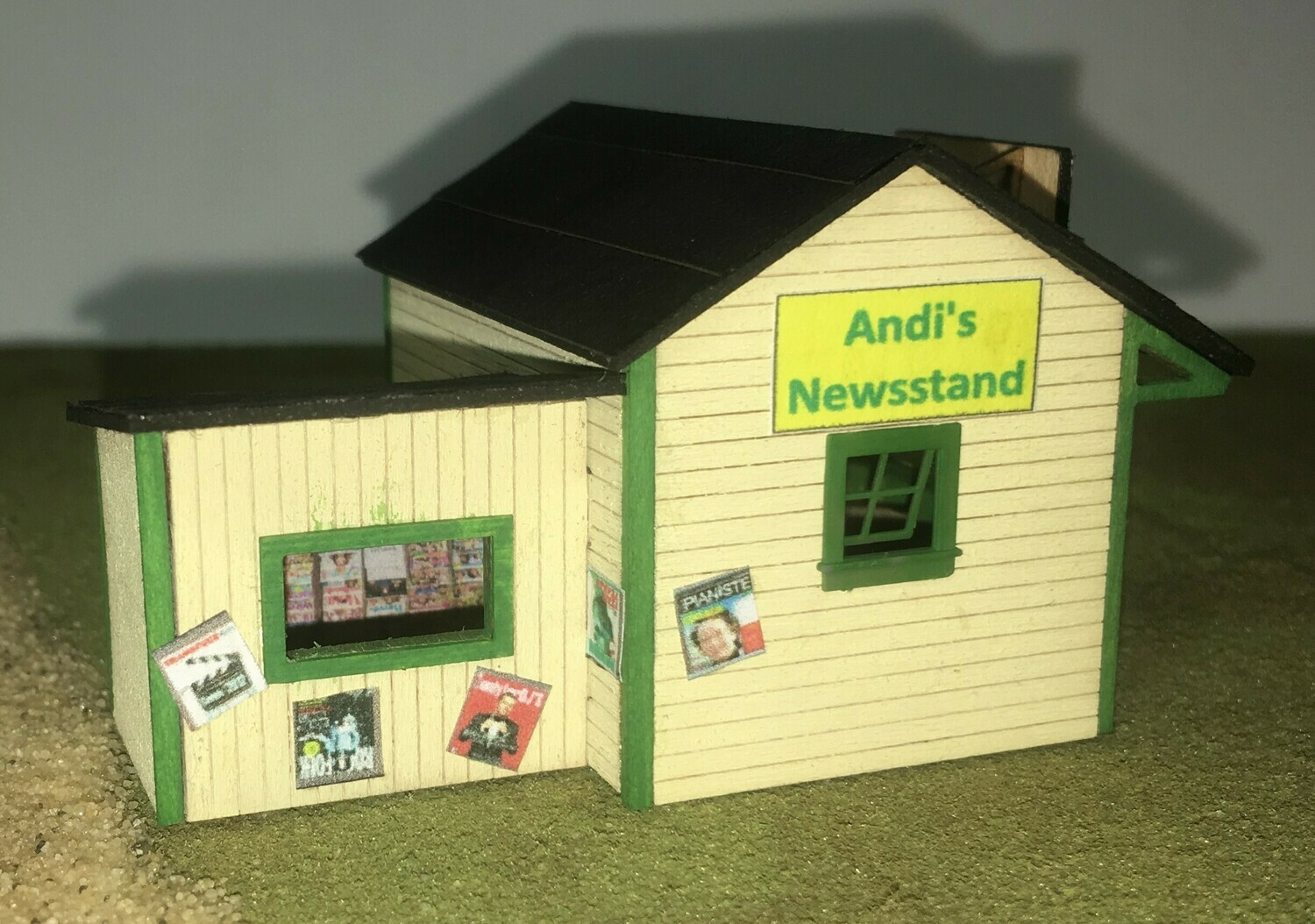 N Scale - Motrak Models - 13004 - Structure, Commercial, Newsstand - Commercial Structures - Andis Sandwich Shop & Newsstand