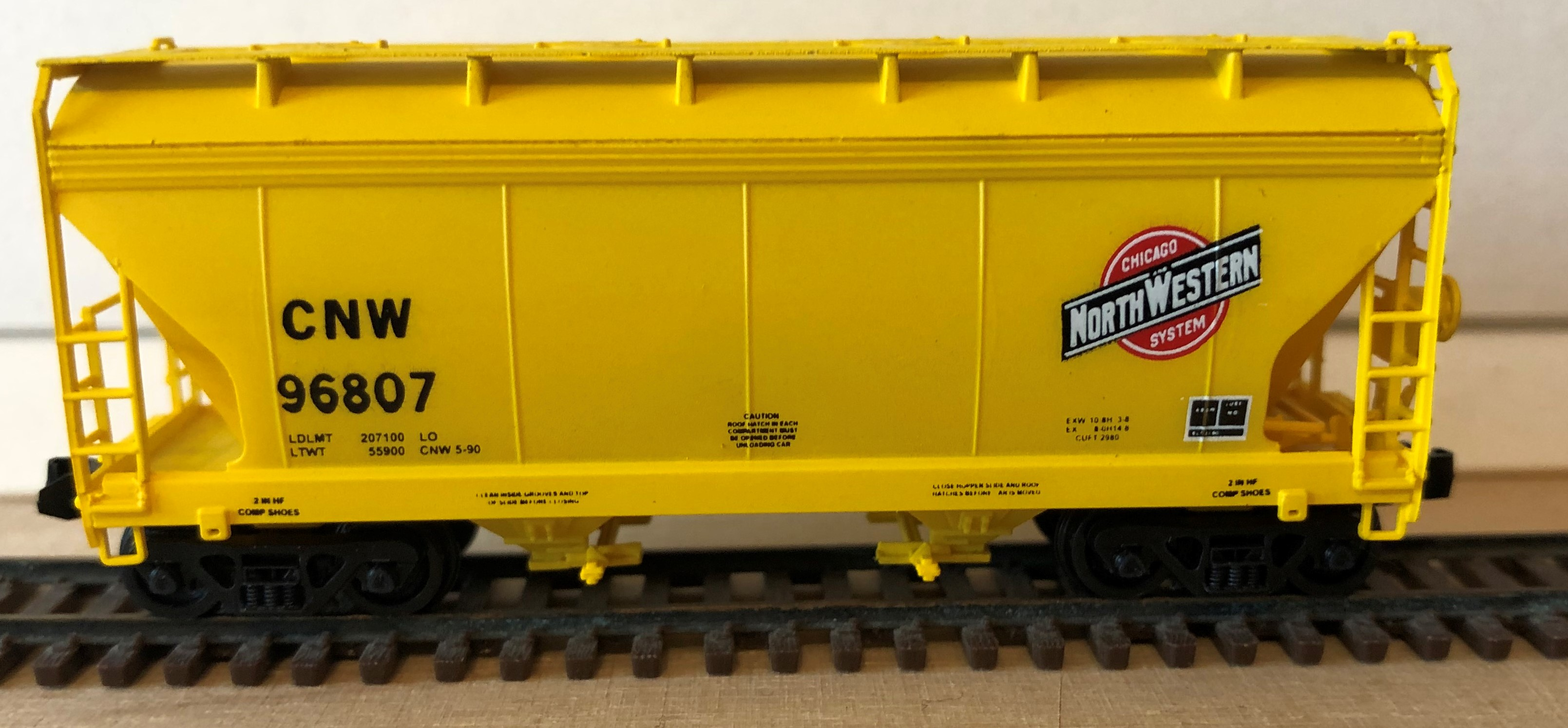 N Scale - Pacific Western Rail Systems - 1057A - Covered Hopper, 2-Bay, ACF Centerflow - Chicago & North Western - 96807