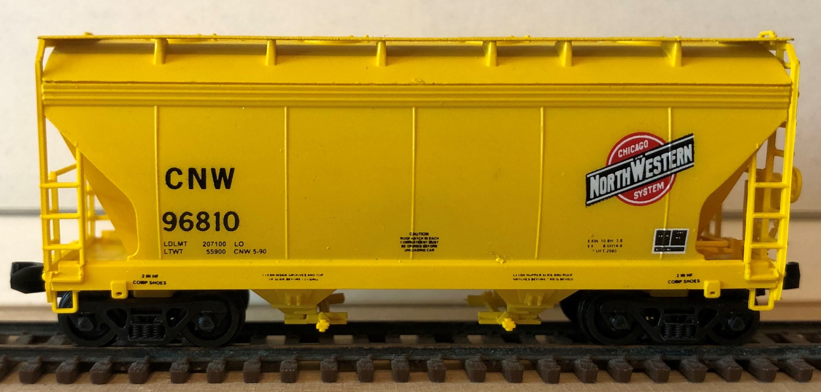 N Scale - Pacific Western Rail Systems - 1057B - Covered Hopper, 2-Bay, ACF Centerflow - Chicago & North Western - 96810