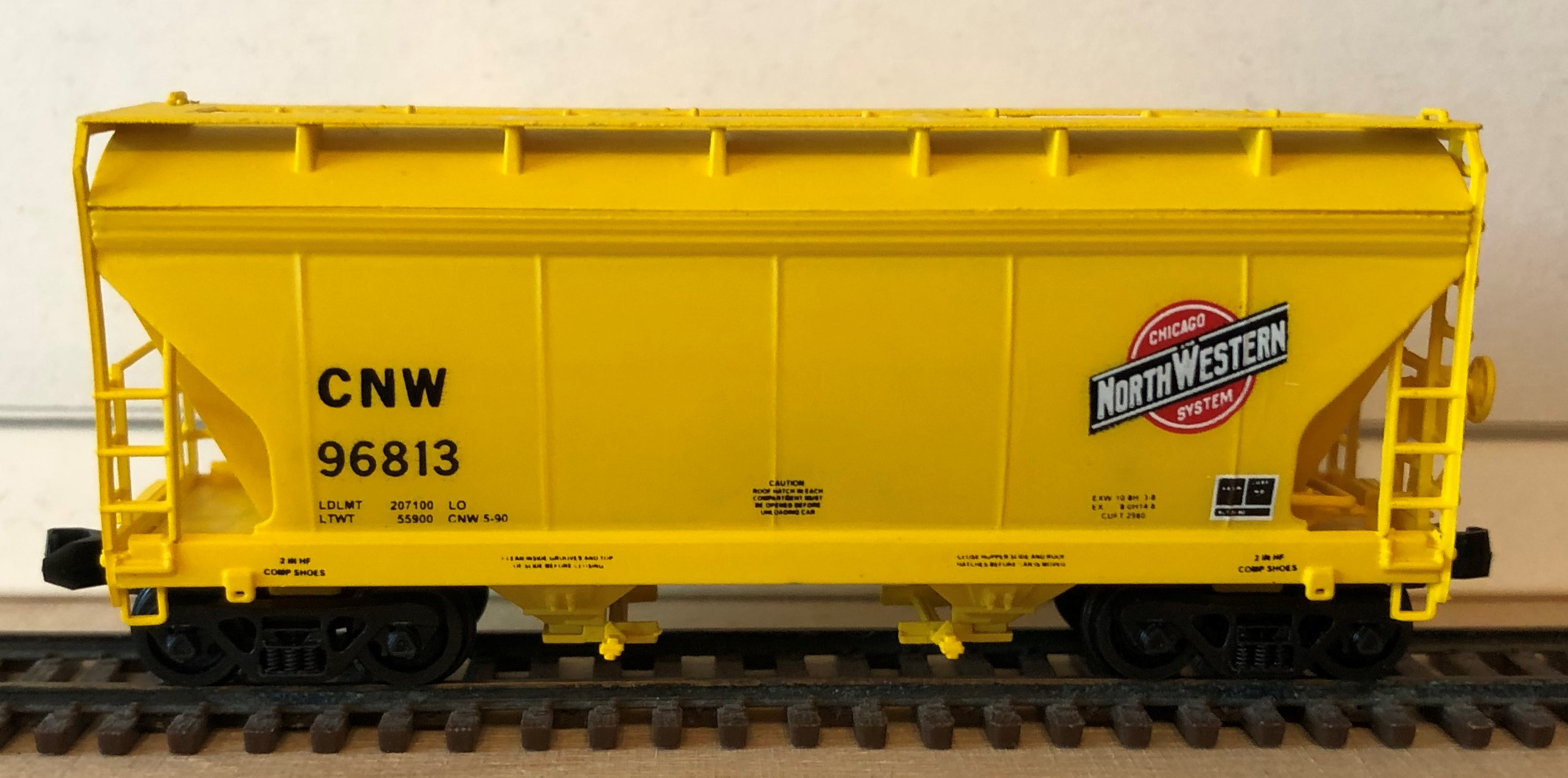 N Scale - Pacific Western Rail Systems - 1057C - Covered Hopper, 2-Bay, ACF Centerflow - Chicago & North Western - 96813
