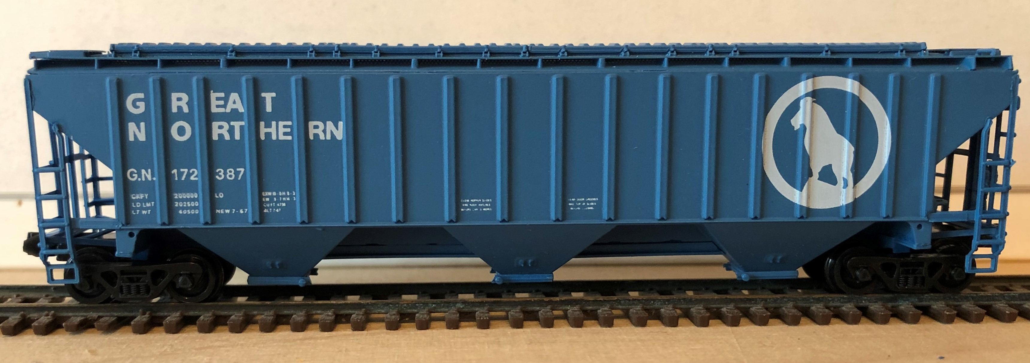 N Scale - Brooklyn Locomotive Works - BLW-1136B-B3 - Covered Hopper, 3-Bay, Thrall 4750 - Great Northern - 172387