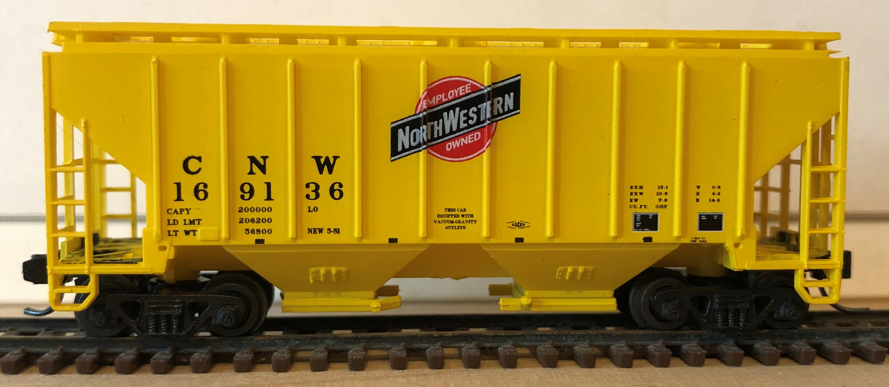 N Scale - Red Caboose - 15020 - Covered Hopper, 2-Bay, 3000 c.f. - Chicago & North Western - 169136