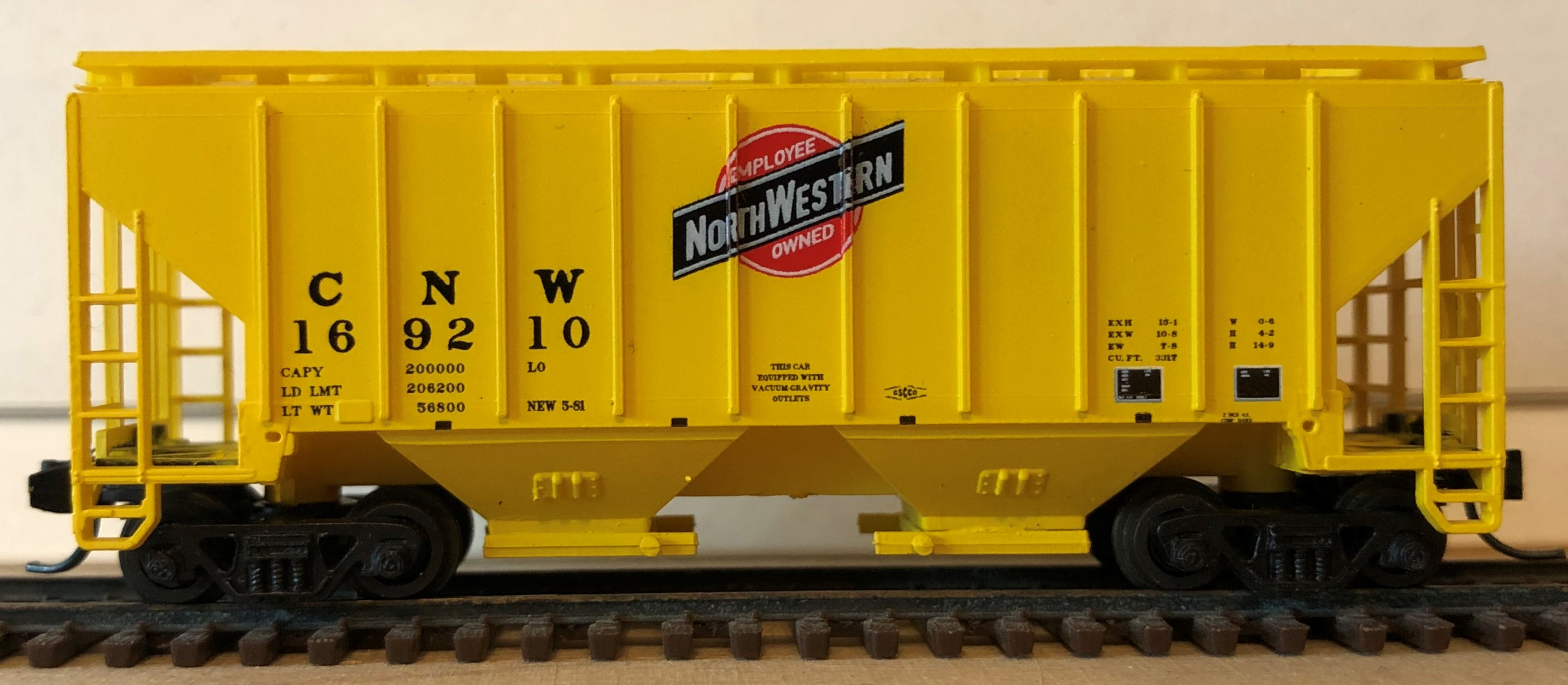 N Scale - Red Caboose - 15020 - Covered Hopper, 2-Bay, 3000 c.f. - Chicago & North Western - 169210