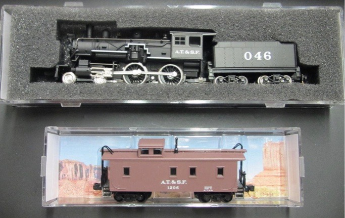 N Scale - Micro-Trains - 993 21 121 - 4-4-0 Locomotive,  Wood Caboose - Santa Fe - Vintage Loco & Caboose Set