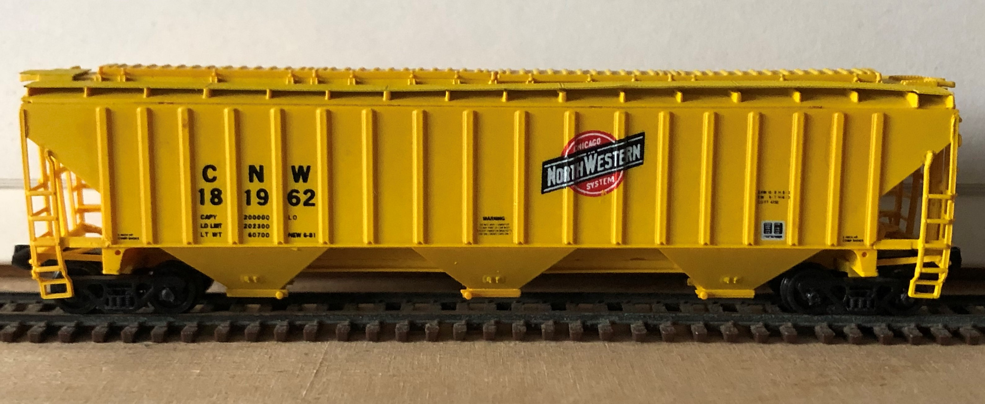 N Scale - Pacific Western Rail Systems - 1022B - Covered Hopper, 3-Bay, Thrall 4750 - Chicago & North Western - 181962