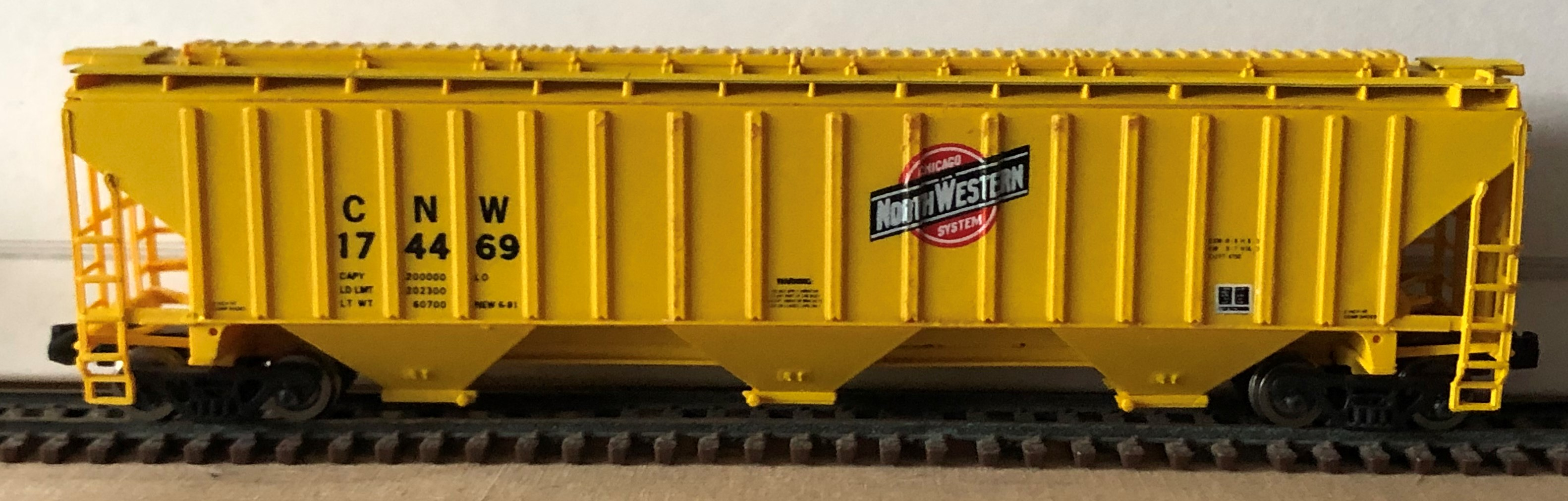 N Scale - Pacific Western Rail Systems - 1022D - Covered Hopper, 3-Bay, Thrall 4750 - Chicago & North Western - 174469