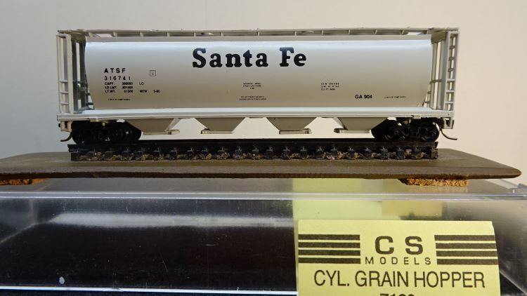 N Scale - CS Models - 7103 - Covered Hopper, 4-Bay, Cylindrical - Santa Fe - 316741