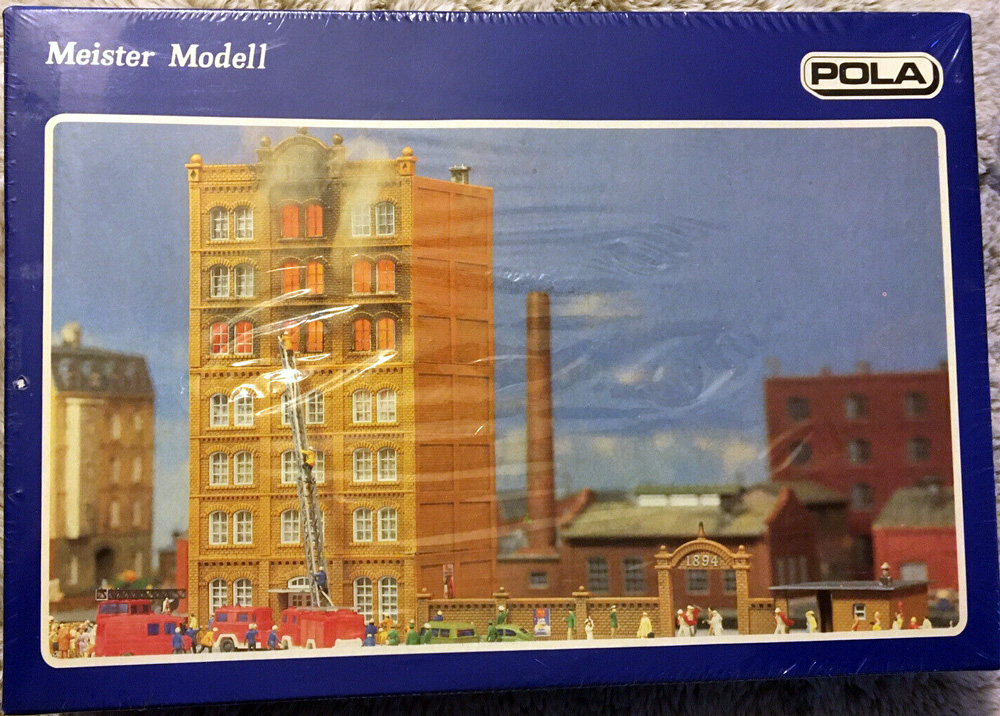 N Scale - Pola - 263 - Commercial Structures - Building on fire