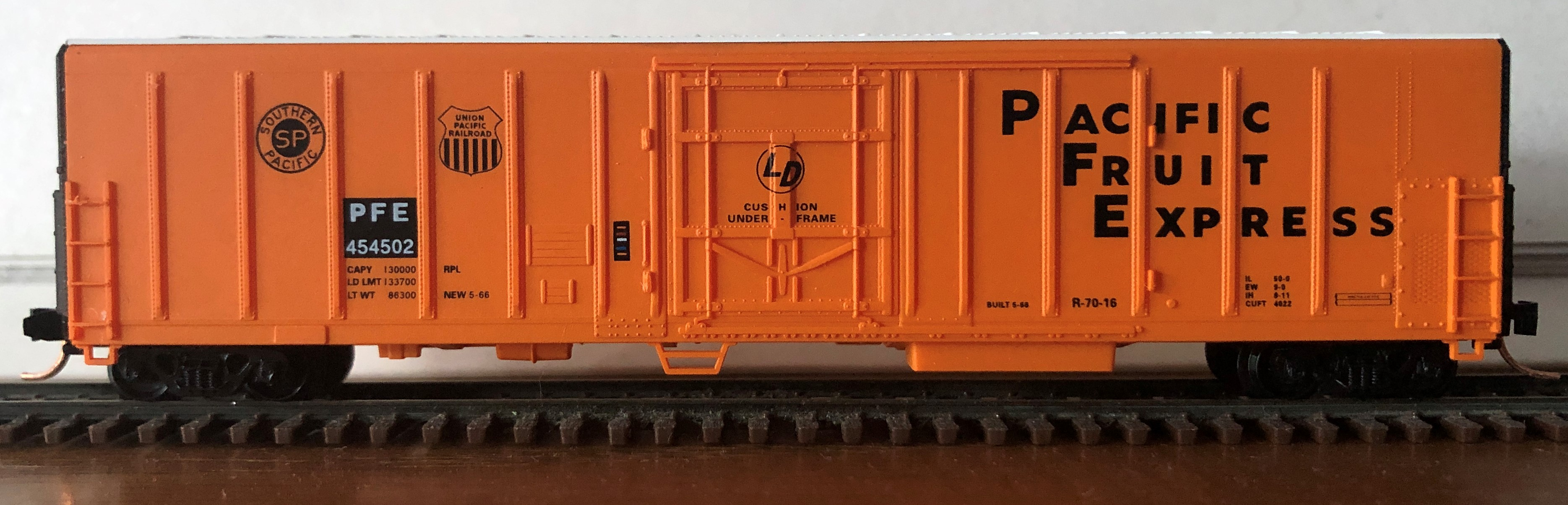 N Scale - Red Caboose - RM-18651-1 - Reefer, 57 Foot, Mechanical, PC&F R-70-16 - Pacific Fruit Express - 454502
