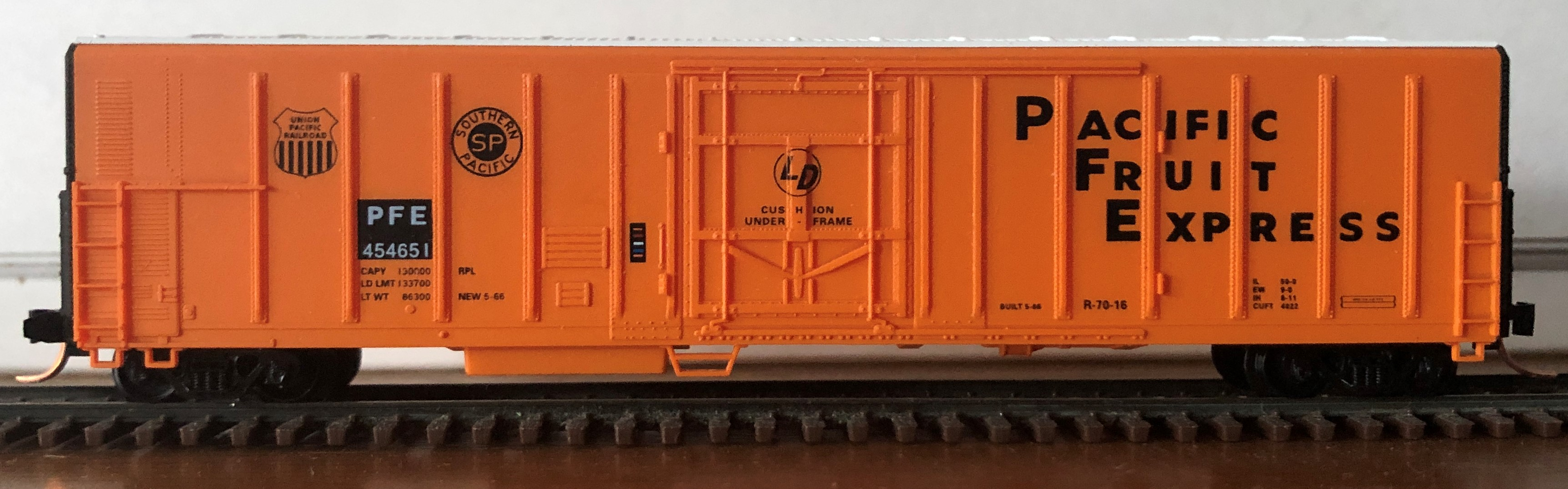 N Scale - Red Caboose - RM-18651-2 - Reefer, 57 Foot, Mechanical, PC&F R-70-16 - Pacific Fruit Express - 454601