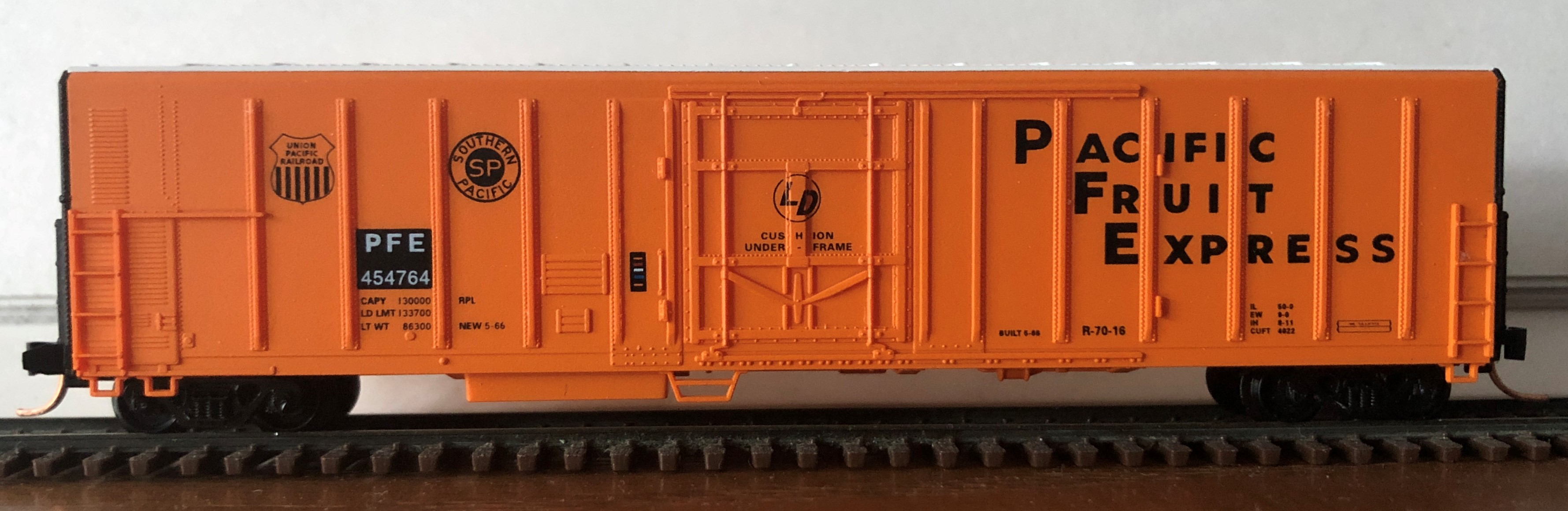 N Scale - Red Caboose - RM-18651-3 - Reefer, 57 Foot, Mechanical, PC&F R-70-16 - Pacific Fruit Express - 454764