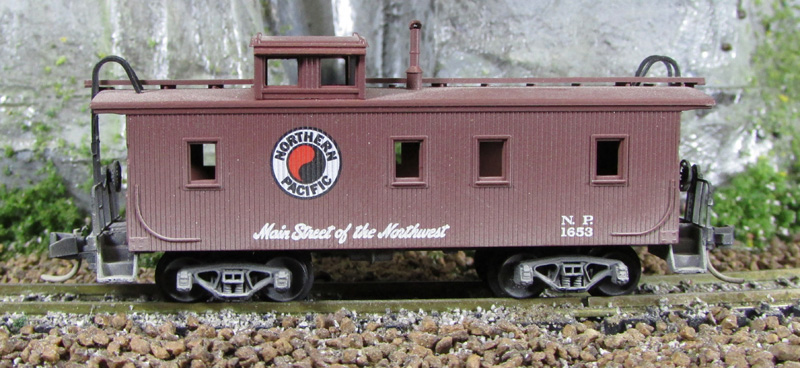 N Scale - Micro-Trains - 51050 - Caboose, Cupola, Wood - Northern Pacific - 1653