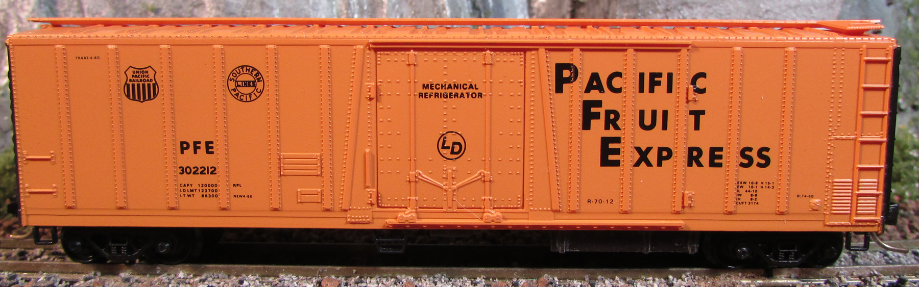 N Scale - Micro-Trains - 70010 - Reefer, 50 Foot, Mechanical - Pacific Fruit Express - 302212